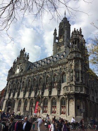 Town Hall: City hall
