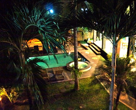 Wenara Bali Bungalow: A view over the pool/garden area from our room in the evening