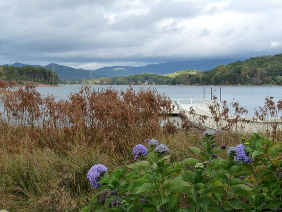 Ridges Resort & Marina: view from lawn to Lake Chatuge