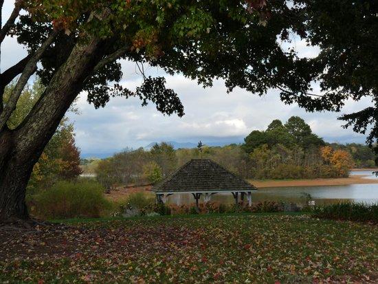 Ridges Resort & Marina: Gazebo on grounds overlooking Lake