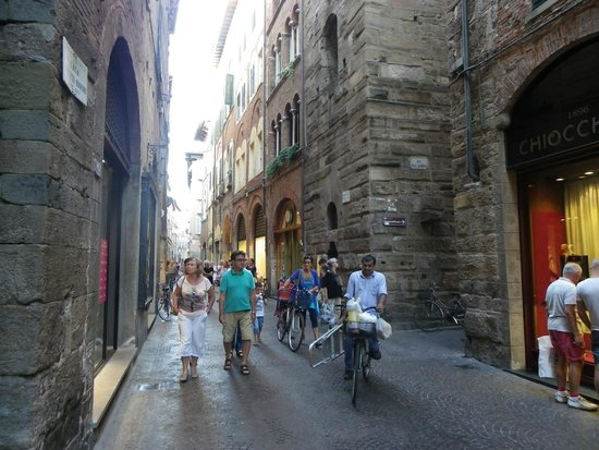 Albergo Diana : Shopping street in old Lucca.