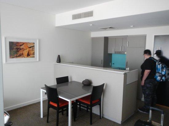 Adina Apartment Hotel Perth: Kitchen / Dining