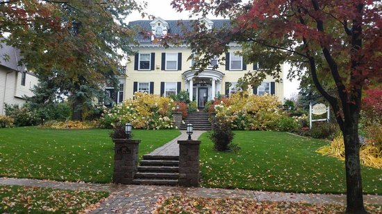 A G Thomson House Bed and Breakfast: Fall