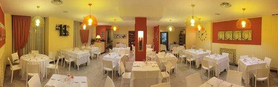 Viver One Restaurant & Pizza : Sala interna grand angolare