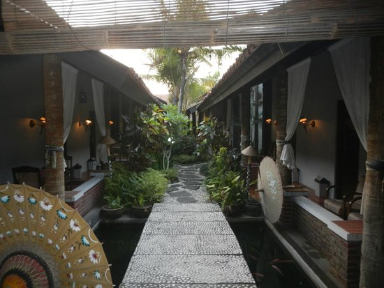 Rumah Palagan Yogyakarta : pathways to the rooms and pool