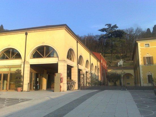 Soave, Italië: l'entrata della Cantna