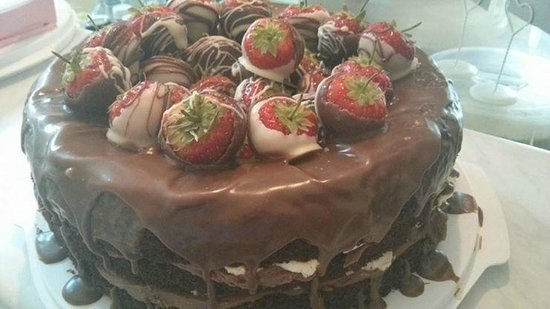 Laura's Kitchen: chocolate cake and chocolate dipped strawberrys