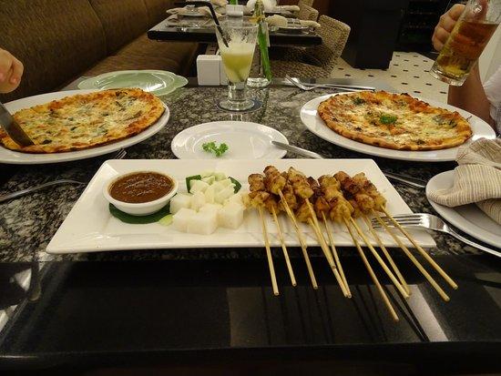 Sun Cafe : Чикен сотэ и две пиццы с фрэшем. Всё вкусно!