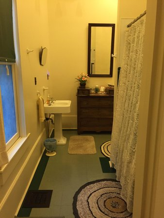 Starlight Pines B&B: bathroom in the Art Deco room