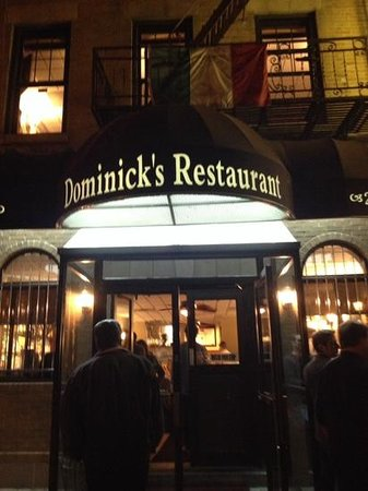 Dominick's Restaurant: Front entrance with people waiting to be seated