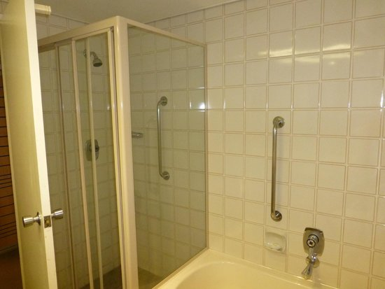 Mercure Perth: Bathroom with separate bath & shower