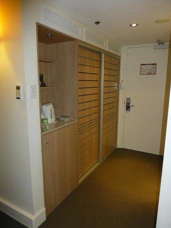 Mercure Perth: Wardrobe, minibar & tea/coffee making facilities in room entrance