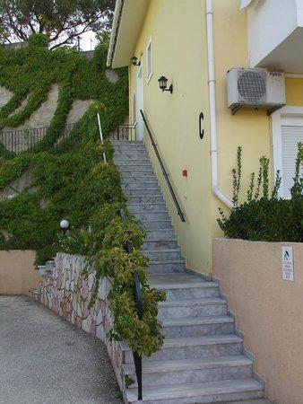 Marietta Studios & Rooms: Even more steps.
