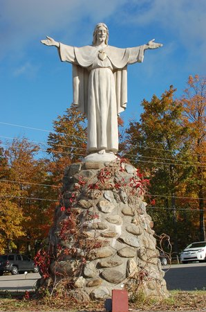 Sanctuaire De Beauvoir : Statue of Jesus welcoming all visitors