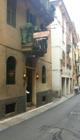 Trattoria Trota Da Luciano: L'esterno della trattoria. Via Trota.