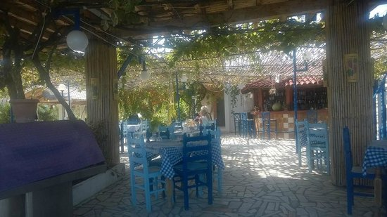 Alexandros Restaurant: Outdoor seating