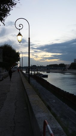 Hotel Du Musee: The beautiful Rhone River is less than a block away from the hotel.