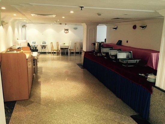Queens Hotel: Breakfast area