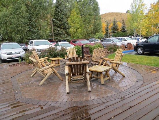 Hampton Inn Jackson Hole: Outdoor fire pit & seating