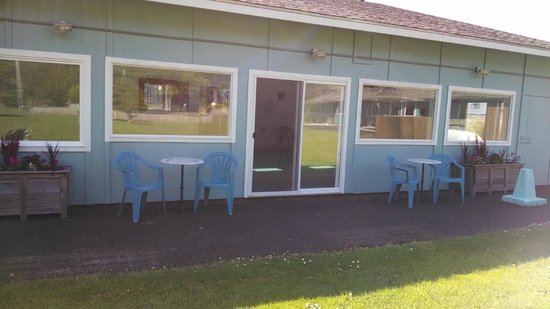 Silver Surf Motel: Patio outside of pool