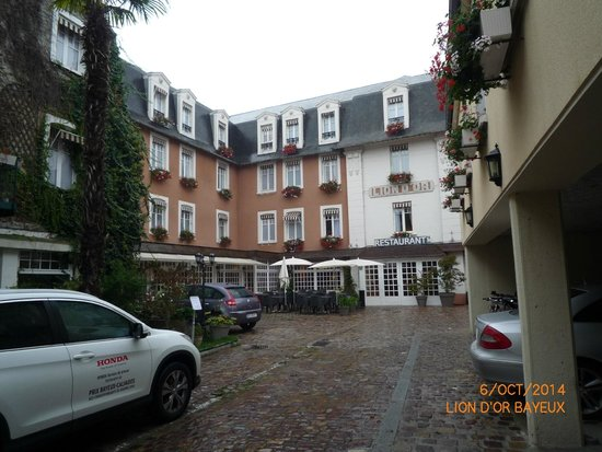 Le Lion d'Or : Hotel approach and parking