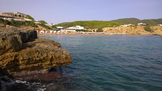 Playa de Es Figueral: Klippen neben dem Strand