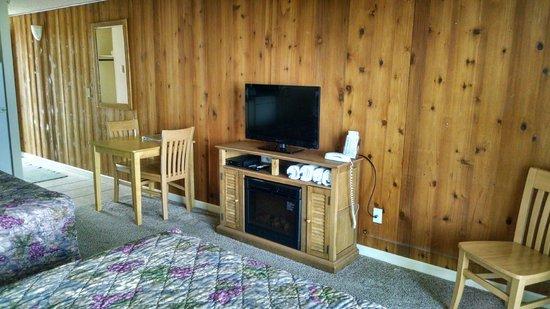 Silver Surf Motel: Electric Fireplace, Flatscreen & DVD Player