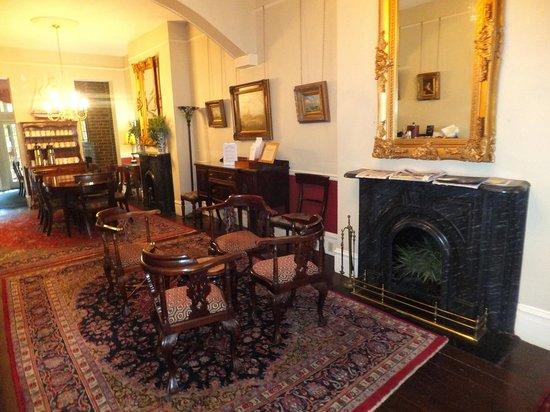Savannah Bed & Breakfast Inn: Breakfast room and lounge