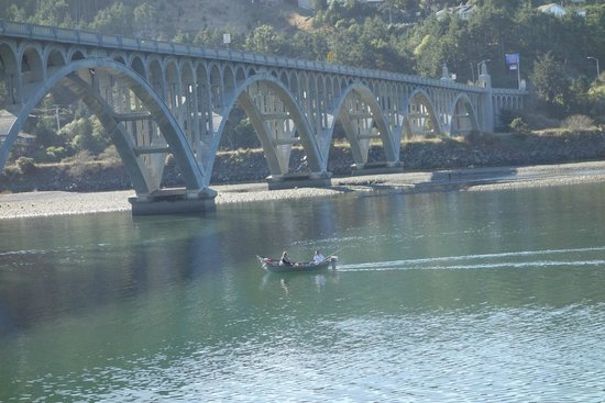 Jot's Resort: Bridge over Rogue River
