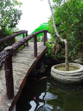Betel Garden Villas: Walkway to the swimming pool