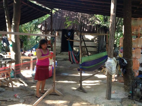 Maya Can Eco Tours : Local family making a hammock