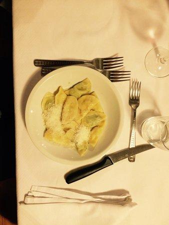 Garsun: Tortelli fatti in casa al burro fuso e parmigiano (servito anche con semi di papavero e zucchero