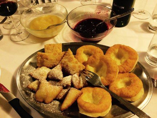 Garsun: Krapfen e altri dolci fritti con crema di mele cotte e marmellata di mirtilli rossi