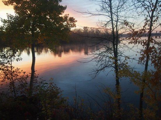 Stout's Island Lodge: Beautiful sunrise on the lake