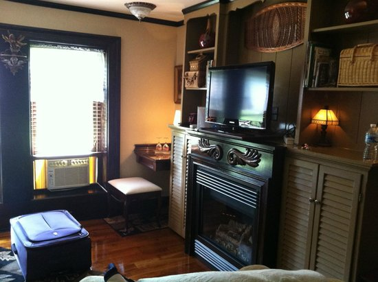 Sloansville, Nova York: Sitting Area with Fireplace