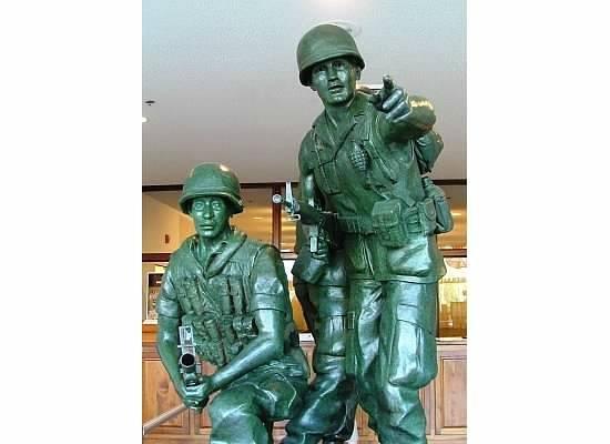 Veterans Memorial Museum: Statue in entrance