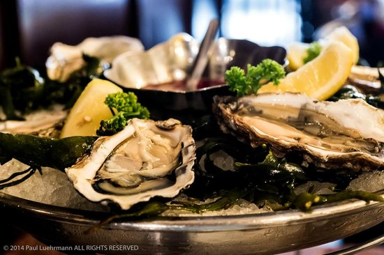 Lucius Seafood Restaurant: 6 Oysters of the season with accompaniments.