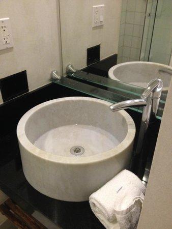 O Hotel: Modern bath