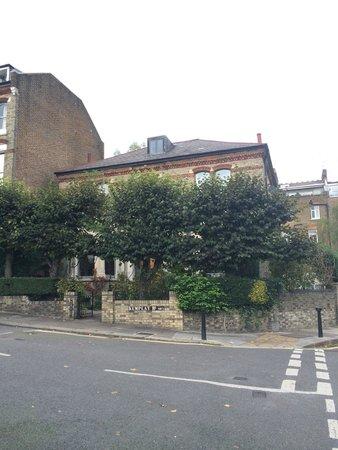 Hampstead Village Guesthouse: Слегка спрятавшийся на углу в зелени