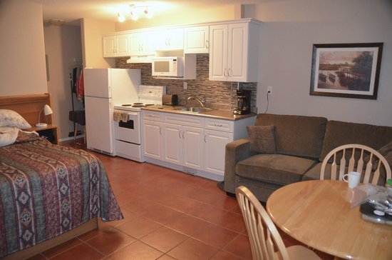Sandy Beach Motel: View of room - very well equipped kitchen