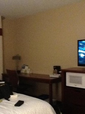 Four Points by Sheraton Boston Logan Airport: typical room with desk