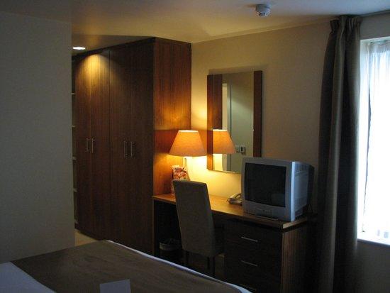 Maldron Hotel Smithfield: desk with TV and closet