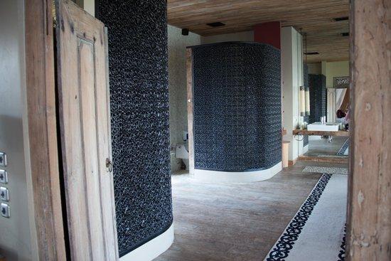 Khayangan Estate: Master Suite bathroom