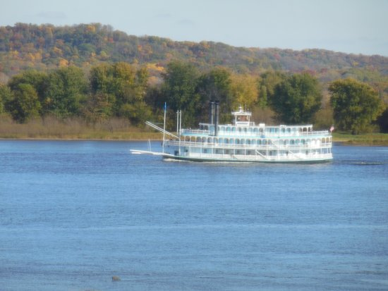 Baymont Inn & Suites Bellevue: View from balcony, Riverboat on Mississippi River