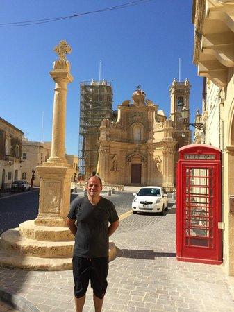 Gharb, Malta: Iglesia y plaza