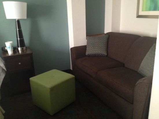 Hampton Inn & Suites Mooresville/Lake Norman : Couch in bedroom
