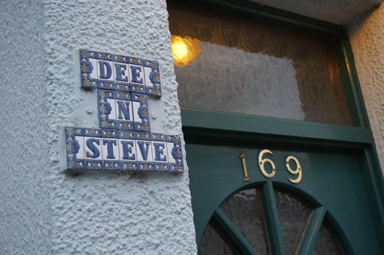 Dee & Steve's B&B: Signage at entry