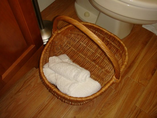 Frog's Leap Inn: A basket full of towels