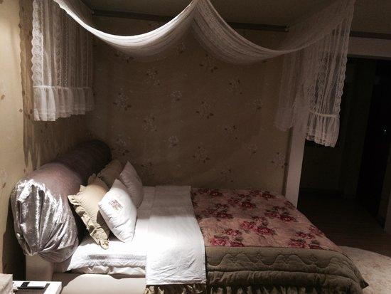 Bellus Rose Pension: Lovely bed
