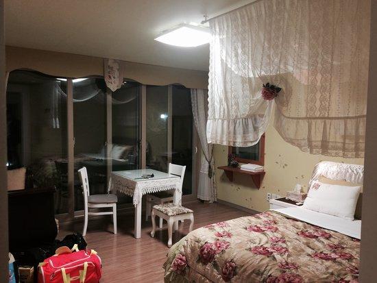 Bellus Rose Pension: Our room